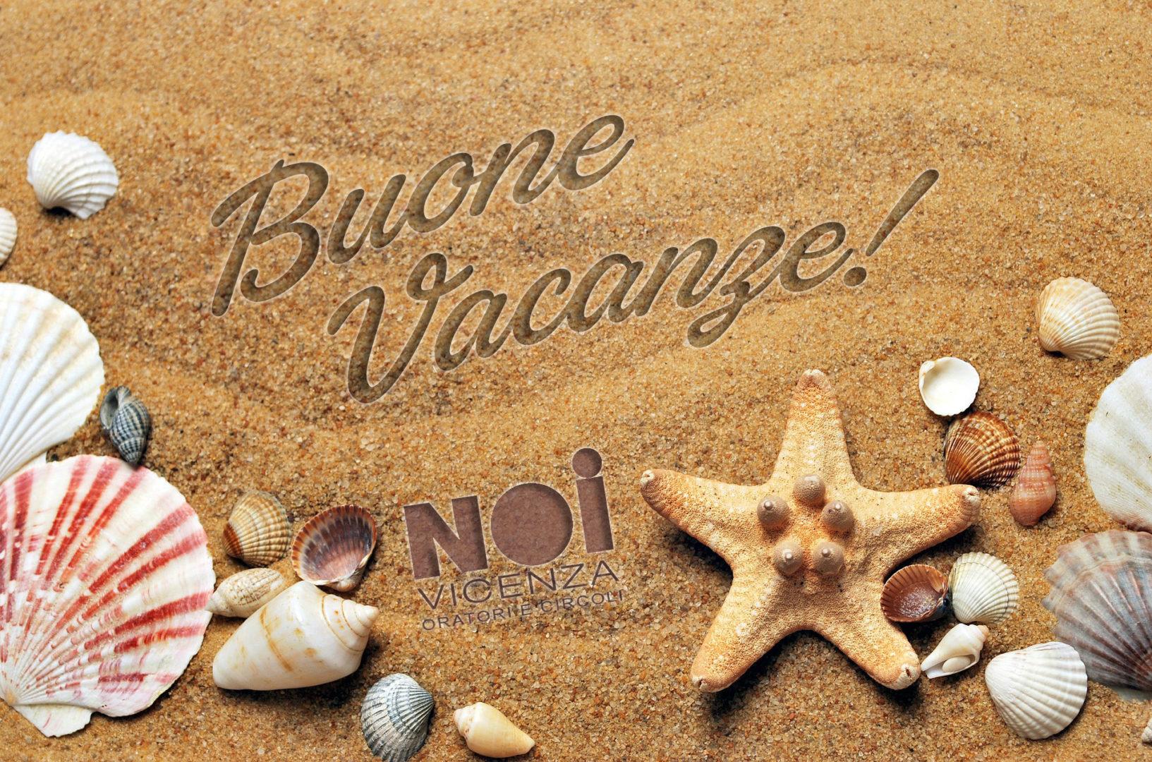 """Spiaggia con scritta """"Buone vacanze"""""""