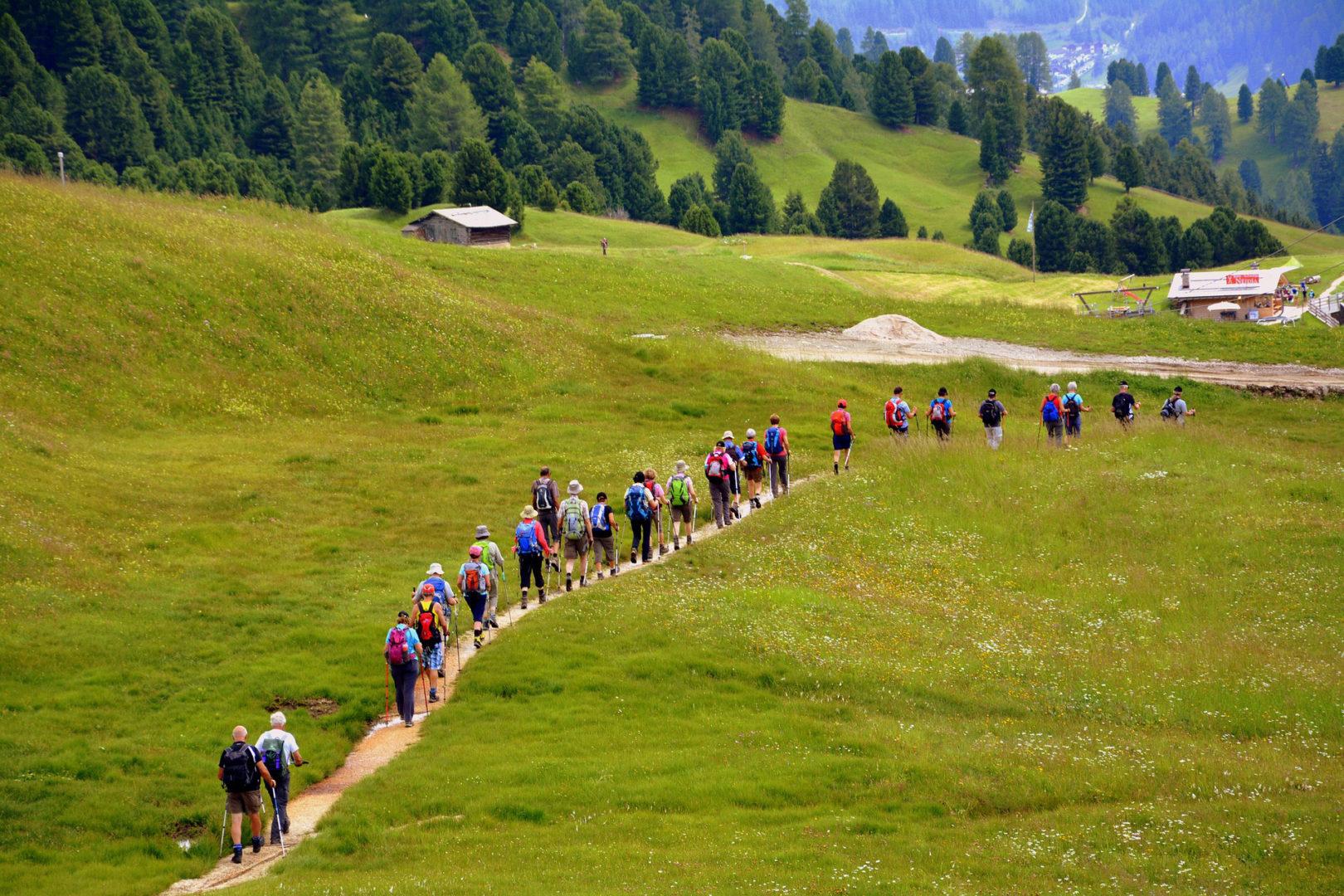 Persone che camminano in montagna